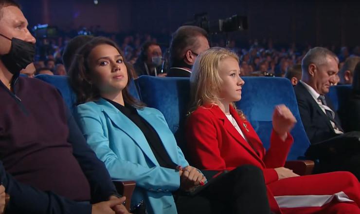 После слов Медведевой оператор постоянно переводил камеру на Загитову, сидящую в зрительном зале — вид у Алины был не самый довольный