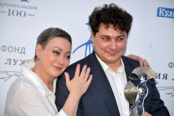 В 1991-м Аронова родила сына, которого назвала Владом в честь его папы