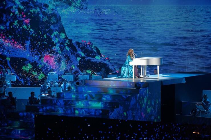 Звезда аккомпанировала себе на рояле