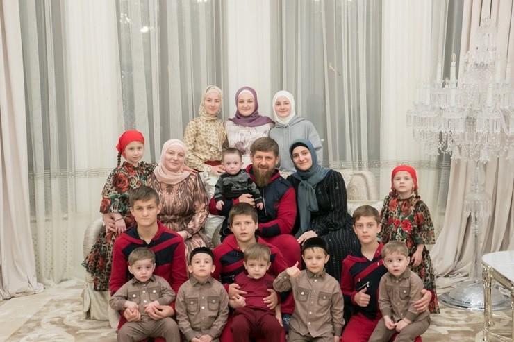 Рамзан Кадыров с супругой Медни и всеми детьми
