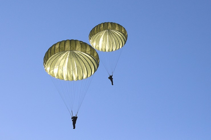 На борту находились 20 парашютистов и два пилота