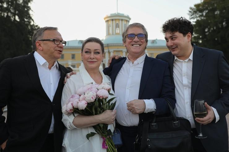 Валерий Гаркалин летом в музее усадьбе «Архангельское» с Игорем Угольниковым, Марией Ароновой