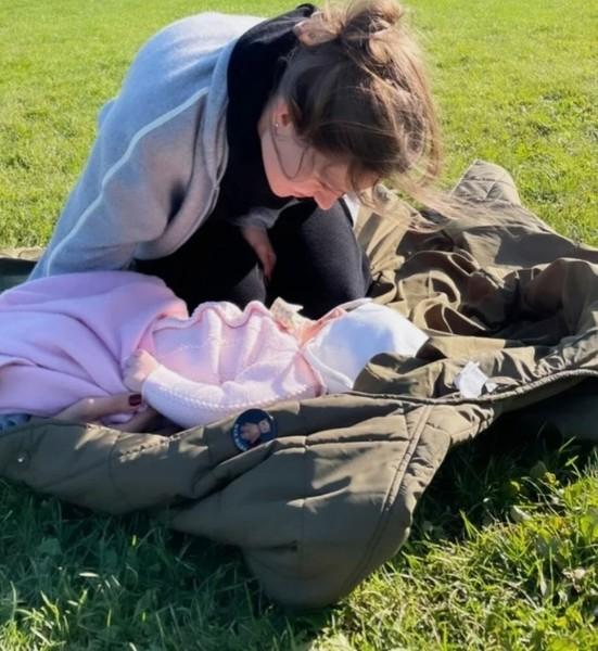 Накануне модель поделилась первым фото с дочерью. Лицо малышки звезда пока предпочитает скрывать