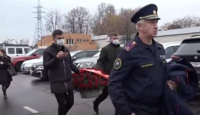 На прощание к Маркину чиновники несут цветы и траурные венки