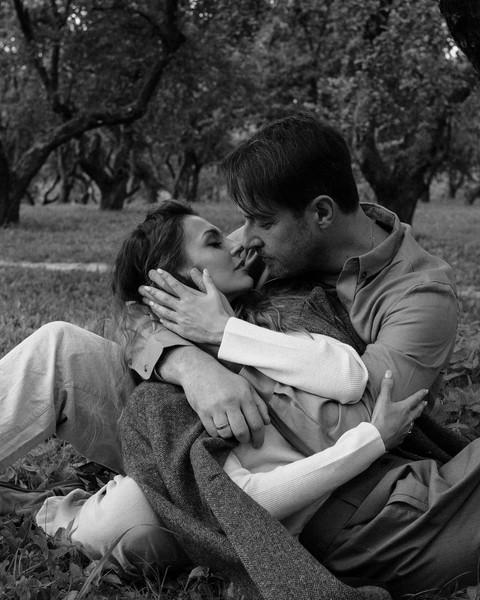 Супруги вместе больше 10 лет, но сумели сохранить в отношениях страсть и романтику