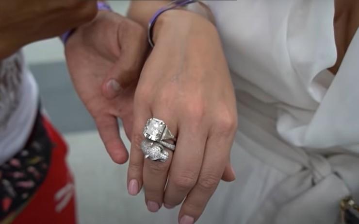 Блондинка показала роскошные кольца за десятки миллионов